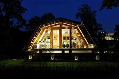 beautiful Small Zero Energy House Here is the Soleta, a Romanian creation of small house (we could almost say hut !) reminding also in some cases the prefab or container houses. Deco Design, Design Case, Micro House, Tiny House, Full House, Casa Dos Hobbits, Advantages Of Solar Energy, Prefab Homes, Eco Homes