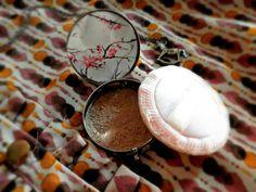 Polvos de sol iluminadores, con seda en polvo, extracto de perla, cúrcuma, cacao y mica dorada. Para una tez iluminada e hidratada.