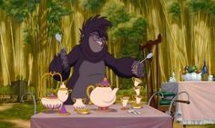TARZAN Déjà que c'est un peu bizarre de voir un singe, alias Cheetah, prendre le thé, ça l'est d'autant plus quand celle-ci le fait dans un service à thé qui ressemble fortement à Madame Samovar et au petit zip de La Belle et la Bête.