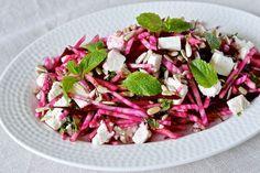 Opskrift på en rigtig lækker salat med rødbede, feta, pære og mynte. Passer perfekt til et godt stykke lam eller kraftigt oksekød.