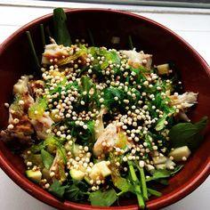 Salade met rucola, courgette, appel, zeewiersalade, venkel en gepofte quinoa met een dressing van soja en sesamolie