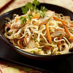 Wok de nouilles au poulet et aux pousses de haricots mungo