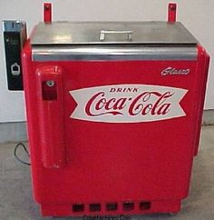Vintage Coca Cola Box (These were at gas stations, filled with ice and cold water and the soda pop in glass bottles was super-cold and such a treat! Soda Machines, Vending Machines, Coca Cola Decor, Coke Machine, Always Coca Cola, Vintage Coke, Old Gas Stations, Good Ole, Pepsi