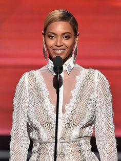 """Pin for Later: Das sind die 30 besten Backstage-Fotos der Grammys 2016 Beyoncé präsentierte einen Award für """"Album des Jahres"""""""