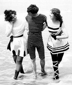 En 1910 Femmes et hommes peuvent se baigner ensemble, mais on fait toujours attention à ne surtout pas bronzer. Le maillot de bain a raccourci nettement, mais reste toujours assez ample pour cacher les formes. Ce n'est qu'après la 1ère guerre mondiale que les dames porteront des maillots de bain une pièce.