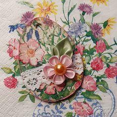 Dekupázzsal és kanzashi virágokkal díszített tojás alakú falap.