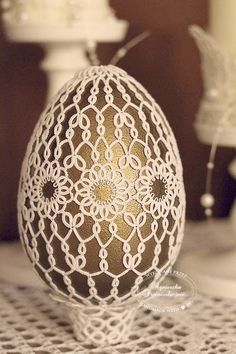 Easter clothes for egg. Needle Tatting, Tatting Lace, Tatting Patterns, Lace Patterns, Beaded Christmas Ornaments, Christmas Bulbs, Tatting Tutorial, Lacemaking, Easter Crochet