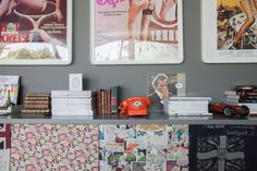 Menuda combinación! Posters y un aparador personalizado y combinado  http://decoratualma.blogspot.com.es/2013/09/una-casa-gris-en-septiembre.html
