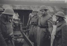 Artilleristen en een officier van (volgens beschikbare gegevens) het 8e Regiment Artillerie bij een stuk veldgeschut van 7 cm.