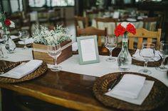 Para compor a decoração das mesas e representar o tema do casório: porta-retratos com poesias que o casal trocou durante sua história.    Fotografia: Diogo Perez Decoração: Casório DF   #wedding #casamento #weddingdecoration #creativewedding #poesia