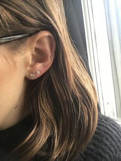 Double lobe diamonds and new perforation of the middle cartilage. - Double lobe diamonds and new perforation of the middle cartilage. Mid Cartilage Piercing, Spiderbite Piercings, Piercing Face, Ear Peircings, Triple Lobe Piercing, Piercing Bump, Triple Helix, Barrett, Vintage Tattoos