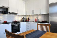 Puustelli kök  / keittiö. Vitt kök med svart granitbänkskiva