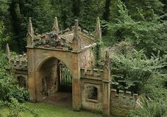 Renishaw Hall, a stately home in Derbyshire, England, built in princess needs to see a real castle! The Places Youll Go, Places To See, Photo Chateau, Chateau Medieval, Medieval Castle, Gate House, Derbyshire, Fairy Houses, Abandoned Places