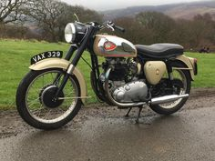 Offered for sale is BSA gold flash 1959 in fantastic condition, Chrome is perfect, wheels are m Triumph Cafe Racer, Cafe Racers, Classic Motors, Classic Bikes, British Motorcycles, Cars Motorcycles, Bsa Motorcycle, Super 4, Classy Cars