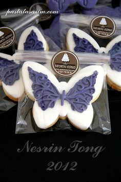 to ] Great to own a Ray-Ban sunglasses as summer gift.Fashion and Vintage styles. Royal Icing Cookies, Cupcake Cookies, Sugar Cookies, Cookies Et Biscuits, Cupcakes, Cookie Packaging, Food Packaging, Cookie Cake Designs, Butterfly Cookies
