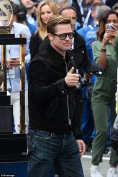 June Brad Pitt pictured at the 24 Hours of Le Mans in a suede Tom Ford jacket with the brand's Private Collection sunglasses. Bard Pitt, Tom Ford Jacket, Brad And Angelina, Gq Style, Mens Trends, Men's Toms, Tom Ford Sunglasses, Men Street, Mens Fashion Suits