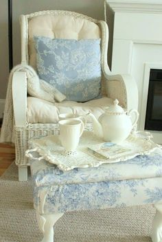 Blue and White Shabby Chic Chair, Pillow and Otoman Shabby Style, Estilo Shabby Chic, Shabby Chic Cottage, Cozy Cottage, Shabby Chic Decor, Cottage Style, Sweet Home, Shabby Vintage, White Decor
