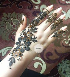 ⭐️ Eid henna inspiration ✨✨✨ ・・・ ما احننننننننني للعيد والله 😭💔 و بخصوص حجوزات شهر ٧ باقي كذا يوم بس للتواصل 98977668 💜 Modern Henna Designs, Floral Henna Designs, Arabic Henna Designs, Mehndi Designs For Girls, Mehndi Designs For Beginners, Stylish Mehndi Designs, Mehndi Designs For Fingers, Wedding Mehndi Designs, Beautiful Henna Designs