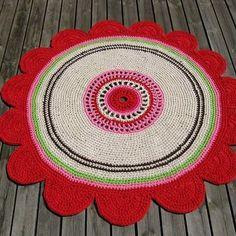 Virkad matta i form av en blomma, ja det är mitt egna mönster, virkad i 4 trådar garn. Har gjort ett mönster på matta som finns hos garngrossisten. Rug in a shape of a flower, crocheted. #rug #design #veronicafranssondesign #studiomagenta  #crochet #virkad #inredning