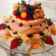 Parabéns pra talentosa @ariane que aniversaria hoje e fez seu próprio Bolo de Aniversário: um lindo e perfeito Naked Cake.