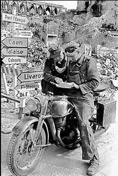 Un motard de la SS Leibstandarte A. Hitler cherche sa route avec un Feldgendarme!