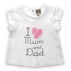 """Tee-Shirt TAPE A L'OEIL. On adore ce tee-shirt qui affiche ses préférences ! Manches courtes. Encolure arrondie. Coupe et base droites. Entièrement pressionné au dos. Grand print devant """"I love mum and dad"""" (J'adore ma maman et mon papa). 5 Euros seulement !"""