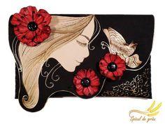Артистични и нестандартни, тези чанти са дело на художничката и дизайнерка Роксана Елена Николае (Roxana Elena Nicolae) от Букурещ, Румъния. Те са ръчно създадени и на пръв поглед изглеждат като цветен колаж.