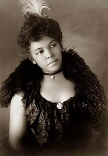 So beautiful! African American woman, head-and-shoulders portrait, facing slightly right. 1899 or Library of Congress. Hipster Grunge, Grunge Goth, Vintage Black Glamour, Vintage Beauty, American Photo, American History, American Fashion, American Art, American Makeup