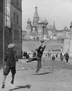 Гоооооол ...Вот это кадр , невероятно , когда то играли в футбол у Кремля . 1958г
