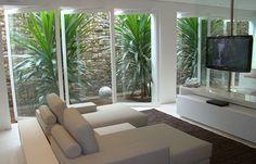 Um jardim de inverno na sala consegue unir uma decoração diferente, natural e elegante, com todos os benefícios de ter plantas dentro de casa.