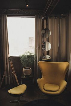 Unhappy with your apartment decor? Try out some of these budget-friendly apartment decor ideas and design a space that reflects your tastes! Check them out and start decorating. Home Decor Catalogs, Home Decor Store, Easy Home Decor, Cheap Home Decor, Lancaster, Trends 2018, Yellow Armchair, Love Vintage, Décor Antique
