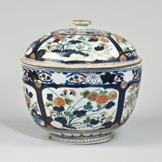 A pair of Imari porcelain deep bowls and covers, Early 18th century, Japan