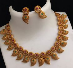 Saved by radha reddy garisa Gold Jewellery Design, Gold Jewelry, Tiffany Jewelry, Temple Jewellery, Jewelry Patterns, Necklace Designs, Indian Jewelry, Wedding Jewelry, Jewelry Collection