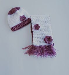 Scarf and hat in white and purple ornamented with flowers made of wool. The dimensions are cm for the hat and cm for the shawl and the colors are: white and purple. It is recommended for ages It sells at 32 euros. Easy Crochet, Crochet Hats, Sewing Rooms, Baby Socks, Baby Booties, Fashion Addict, Shawl, Sewing Projects, Winter Hats