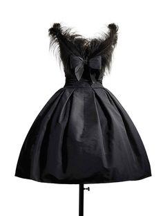 Robe Cygne noir, en faille noire garnie de plumes d'autruches noires, collection Haute couture automne-hiver 1957, ligne Fuseau