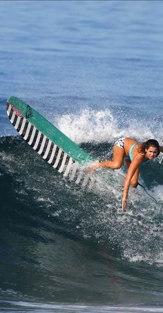 I totally love her surf board!
