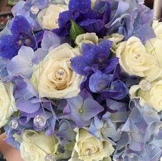 Blå og hvit brudebukett Vegetables, Rose, Flowers, Plants, Art, Pink, Veggies, Roses, Florals