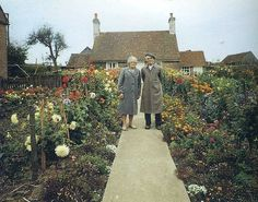 Elderly Couple Takes Same Photo At Start Of Every Season. The Last One Will Break Your Heart. (Photos)  Each photo was taken by journalist Ken Griffiths, from 1973 onward.