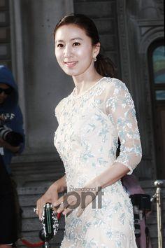 Kim Hee Ae at the Baeksang Arts Awards Asian Woman, Asian Girl, Lee Bo Young, Bridal Mask, Long Gown Dress, Ideal Beauty, Asian Ladies, Korean Wave, How To Pose
