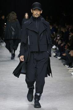 The complete Fall 2017 Menswear fashion show now on Vogue Runway. Dark Fashion, Urban Fashion, Mens Fashion, Apocalyptic Fashion, Cyberpunk Fashion, Next Clothes, Mens Fall, Future Fashion, Dressing
