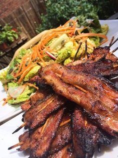 Nejsem milovníkem vepřového masa, občas na něj ale zkrátka dostanu hroznou chuť. A když už to přijde, nevolím panenku, ani krkovici, ale pořádně masitej tukem prorostlej bůček. Ten jednodušše nakrájím velmi ostrým nožem na tenké plátky a... #bbq #gril #vepřovýbůček Good Food, Yummy Food, Pork Belly, Food 52, Barbecue, Grilling, Food And Drink, Cooking Recipes, Beef