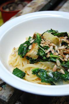 Spaghettis con hinojo y cebollas asadas, kale y semillas de girasol