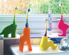 Clever animal holders for toothbrushes.