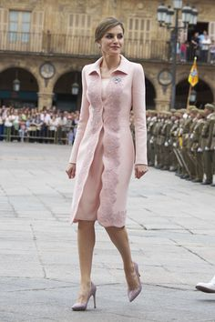 Queen Letizia of Spain Photos - Queen Letizia of Spain delivers a new National Flag to Speciality of Engineers Regiment Number 11 on June 2016 in Salamanca, Spain. - Queen Letizia Delivers New National Flag To Speciality Of Engineers Regiment Number 11 Coat Dress, The Dress, Queen Letizia, Princess Style, Royal Fashion, Dress To Impress, Beautiful Dresses, Evening Dresses, Glamour