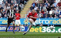 Paul Scholes scores against Newcastle in 2003