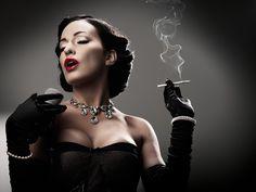 ретро, сигарета, дым, микрофон, лицо, певица, брюнетка, в черном, платье, перчатки, ожерелье, девушка,лицо,браслет,грудь,пепел