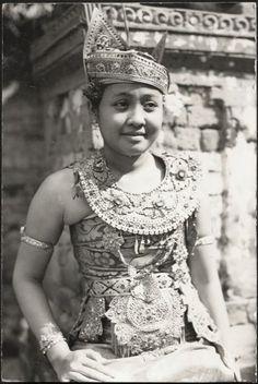 Legong Dancer ~ Bali ~ Indonesia ca 1920s ~ http://old-indische.blogspot.com