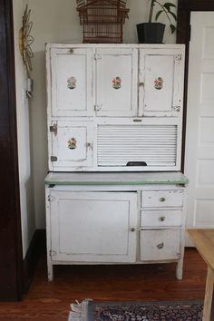 love this vintage hoosier cabinet. Circa 1900s    LOOKS LIKE THE ONE I HAD ON SHELDON HILL  THAT I PAINTED YELLOW