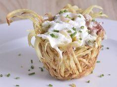 Receta | Nido de patata con picadillo de queso fresco con habitas, huevito y jamón - canalcocina.es