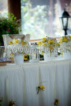 Aranjamente din frezii in eprubete au fost folosite pentru decorul mesei de prezidiu